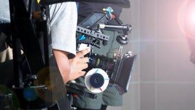 La imagen borrosa del tiroteo de la película y la luz señalan por medio de luces fotos de archivo
