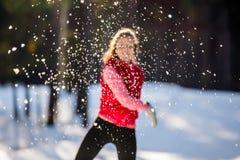 La imagen borrosa la muchacha lanza una bola de nieve Imágenes de archivo libres de regalías