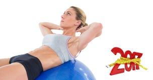 la imagen compuesta 3D de la mujer del ajuste que el hacer se sienta sube en bola azul del ejercicio Imagen de archivo libre de regalías