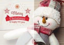 La imagen compuesta de la Feliz Navidad y de la Feliz Año Nuevo desea con el muñeco de nieve Foto de archivo libre de regalías