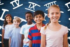 La imagen compuesta de la sonrisa poca escuela embroma en pasillo de la escuela fotografía de archivo libre de regalías