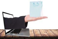 La imagen compuesta de la tenencia del hombre de negocios distribuye en la presentación Foto de archivo