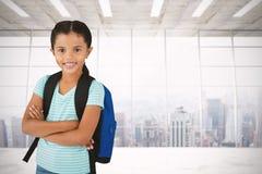 La imagen compuesta del retrato de la muchacha sonriente con los brazos cruzó el bolso que llevaba Foto de archivo