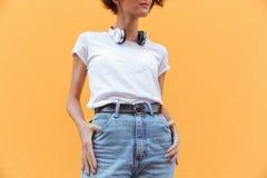 La imagen cosechada de una muchacha sonriente en dril de algodón pone en cortocircuito Imágenes de archivo libres de regalías