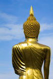 La imagen de Buda da vuelta detrás con el cielo azul foto de archivo libre de regalías