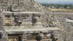 La imagen de la cara en la pirámide en México Escultura antigua del estuco del maya Skolzayuschaya de Ponoraznaya almacen de video