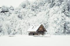 la imagen de casas y de la nieve antiguas es pesada en Shirakawa-va vill Imágenes de archivo libres de regalías