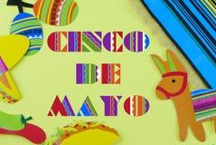 La imagen de Cinco de Mayo con el mensaje añadió en el fondo amarillo rodeado por los apoyos coloridos del partido con tema mexic foto de archivo libre de regalías