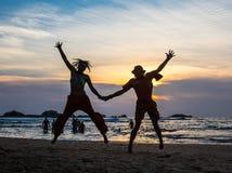 La imagen de dos personas en amor en la puesta del sol Fotografía de archivo libre de regalías