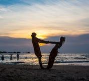 La imagen de dos personas en amor en la puesta del sol Foto de archivo libre de regalías