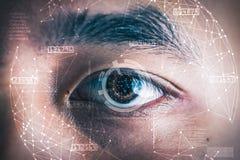 La imagen de la exposición doble del ojo del ` s del hombre de negocios cubrió con el holograma futurista foto de archivo