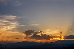 La imagen de fondo del Sun está bajando detrás de la montaña Fotos de archivo libres de regalías