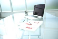 La imagen de fondo es una carta financiera y una pluma en la tabla fotografía de archivo libre de regalías