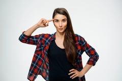 La imagen de la chica joven hace gesto loco y vestida en camisa de tela escocesa Fotografía de archivo libre de regalías