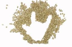La imagen de la muestra de la mano del ` del AMOR del ` compuso de los granos de café sin tostar, aislado en el fondo blanco Fotografía de archivo libre de regalías