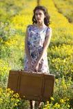 La imagen de la mujer joven en margarita archivó con la maleta retra retra Imágenes de archivo libres de regalías