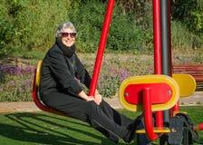 La imagen de la mujer mayor aumenta la flexibilidad de su cintura y piernas Fotografía de archivo