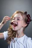 La imagen de la niña linda quiere probar la cereza Foto de archivo libre de regalías
