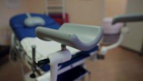 La imagen de la silla ginecológica azul almacen de metraje de vídeo