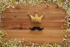La imagen de la visión superior del bigote divertido y el brillo coronan Father& x27; concepto del día de s Fotografía de archivo libre de regalías