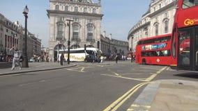 La imagen de las calles de Londres con tráfico de coche dobló los autobuses de apilador y el taxi tradicional metrajes
