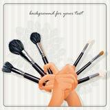La imagen de las manos que sostienen un cepillo para el maquillaje Fotos de archivo