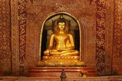 La imagen de oro de Buddha en Wat Pra canta el templo Imagen de archivo