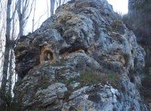 La imagen de San Antonio se acurrucó en la roca, en el ³ n de Aragà fotos de archivo