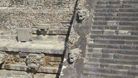 La imagen de un perro en la pirámide en México Escultura antigua del estuco del maya Leche desnatada de Ponoramic que tira 4K almacen de video