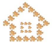 La imagen de una casa hecha de figuras de madera desconcierta Fotografía de archivo libre de regalías