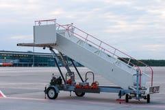 La imagen de una rampa movible del embarque en Imagen de archivo