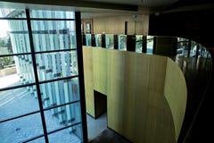 La imagen de ventanas adentro morden el centro del edificio de oficinas, hotel, alameda de compras, centro de negocio imagenes de archivo