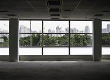 La imagen de ventanas adentro morden el edificio de oficinas imagenes de archivo