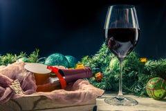 La imagen del abeto ramifica, las bolas del ` s del Año Nuevo, guirnalda ardiente, botella Fotos de archivo