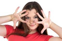 La imagen del adolescente con las manos acerca a la cara Foto de archivo