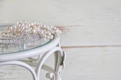 La imagen del blanco gotea la tiara del collar y del diamante en la tabla del vintage Vintage filtrado Foco selectivo Imágenes de archivo libres de regalías