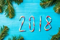 La imagen del caramelo de la Navidad se pega en la forma de números Fotos de archivo libres de regalías