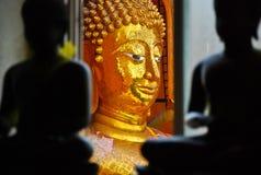La imagen del color oro Buda está detrás de color negro Buda Fotos de archivo