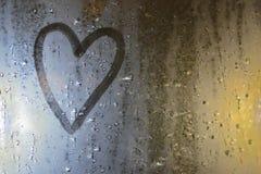 La imagen del corazón en la ventana misted Concepto: humor, tristeza y aburrimiento tristes fotos de archivo libres de regalías