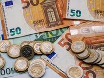 La imagen del dinero euro en monedas y las cuentas se cierran para arriba imágenes de archivo libres de regalías