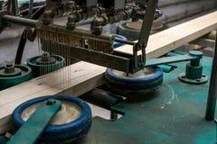 La imagen del pegamento se aplicó a la madera para la producción Fotografía de archivo