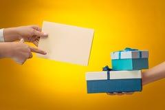 La imagen del primer de las manos del ` s del hombre y de la mujer con la caja de regalo Fotografía de archivo