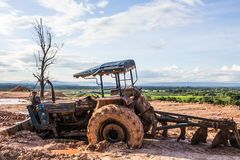 La imagen del tractor en el fango Imagenes de archivo