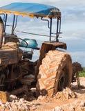 La imagen del tractor en el fango Fotos de archivo libres de regalías