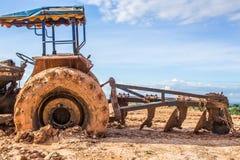 La imagen del tractor rueda adentro el fango Foto de archivo libre de regalías