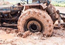 La imagen del tractor rueda adentro el fango Fotos de archivo libres de regalías