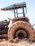 La imagen del tractor rueda adentro el fango Imagen de archivo