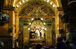 La imagen mayor de Mahamuni Buda del lavado del monje en el ritual de la cara de la imagen de Buda Imagen de archivo