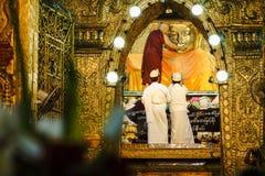 La imagen mayor de Mahamuni Buda del lavado del monje en el ritual de la cara de la imagen de Buda Imagen de archivo libre de regalías