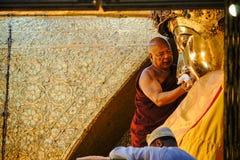 La imagen mayor de Mahamuni Buda del lavado del monje en el ritual de la cara de la imagen de Buda Fotografía de archivo libre de regalías